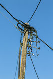 Gammal träpowerline som isoleras på blå himmel Fotografering för Bildbyråer