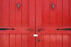 Gammal träröd dörr Arkivbild