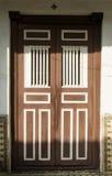 Gammal träretro dubbel ytterdörr Säkerhet skyddsbegrepp Arkivbild