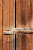 Gammal träriden ut ladugårddörr Arkivfoto