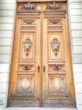 Gammal träskulpturdörrbakgrund royaltyfri bild