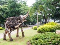 Gammal träskulpturelefant i trädgård Royaltyfria Bilder