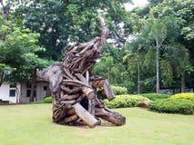 Gammal träskulpturelefant i trädgård Arkivbilder