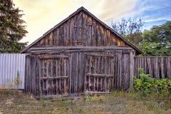 Gammal träspannmålsmagasinfasad av en härlig förfallen ladugård royaltyfri bild