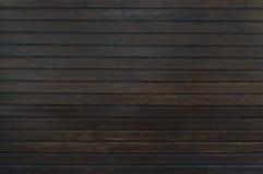 Gammal trästaketbakgrund för mörk brunt royaltyfria bilder
