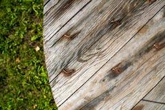 Gammal trätabell i trädgård Arkivbilder
