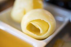 Gammal trätabell med en del av smör och honung royaltyfri foto