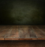 Gammal trätabell med mörk bakgrund Royaltyfria Foton