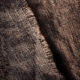 Gammal trätabell med säcktorkduken i mörk inre med kopieringssp Arkivbilder