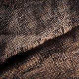 Gammal trätabell med säcktorkduken i mörk inre med kopieringssp Royaltyfri Bild