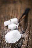 Gammal trätabell med vitt socker royaltyfria bilder