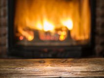 Gammal trätabell och spis med varm brand Arkivbild