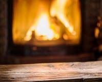 Gammal trätabell och spis med varm brand arkivfoto