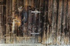 Gammal trätappningdörr med hänglåset royaltyfri bild