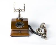 Gammal trätelefon på vit Arkivbild