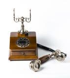 Gammal trätelefon på vit Royaltyfri Bild