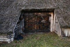 Gammal trätillträdesdörr till det gamla lantliga huset i Zervynos, Litauen royaltyfri fotografi