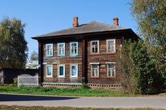 Gammal trätvå-storeyed bebodd barack på den Sadovaya gatan, Pereslavl-Zalessky Ryssland Arkivbilder