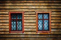 Gammal trävägg med fönster Royaltyfri Bild