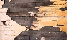 Gammal trävägg med skalningsmålarfärg Arkivbilder