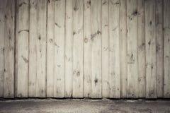 Gammal trävägg- och asfalttrottoar Arkivfoto
