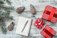 Gammal trävit bakgrund Gran lurar Julhälsningkort, bokstav till meddelandet för jultomten` s och ferier Royaltyfri Fotografi