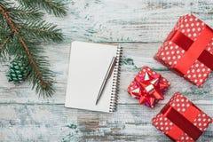 Gammal trävit bakgrund Gran lurar Julhälsningkort, bokstav till meddelandet för jultomten` s och ferier Arkivfoton