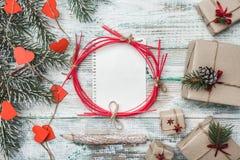 Gammal trävit bakgrund Granträd med röda hjärtor Göra mellanslag för meddelande för jultomten` s Julhälsningkort, handgjorda obje royaltyfria bilder