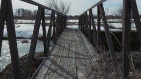 Gammal tr?bro ?ver floden lager videofilmer