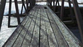 Gammal tr?bro ?ver floden stock video