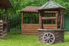 Gammal tr?Cartwheel Hjul från den gamla hästdragna vagnen fotografering för bildbyråer