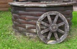 Gammal tr?Cartwheel Hjul från den gamla hästdragna vagnen royaltyfri foto