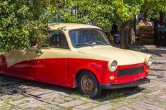 Gammal Trabant bil i Drvengrad eller Kustendorf den traditionella byn, Serbien arkivfoton