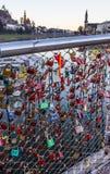 Gammal tradition av att försegla en initial för par` s namnger den inskrivna hänglåset med den populära bron och att kasta tangen royaltyfri foto