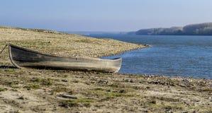 Gammal traditionell fiskebåt på kusten av Donauen Royaltyfri Fotografi