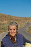 Gammal traditionell grekisk kvinna som går med ett sött leende i Grekland Royaltyfria Bilder