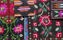 Gammal traditionell romanian ull mattar med forntida motiv ethnic arkivfoton