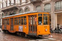 Gammal traditionell spårvagn på gatan av Milan arkivbild