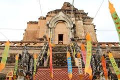 Gammal traditionell stupa på klar blå himmel royaltyfria bilder