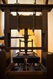 Gammal traditionell träbok som skrivar ut pressen Arkivfoto