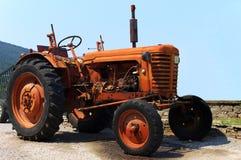 Gammal traktor Arkivfoto