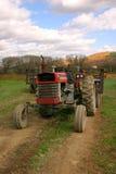 gammal traktor för fält royaltyfri bild