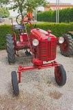 gammal traktor för farmall Arkivbild