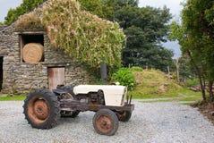 gammal traktor för farmyard royaltyfria bilder