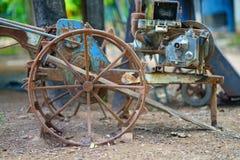Gammal traktor för ploglantgårdförberedelse arkivbilder
