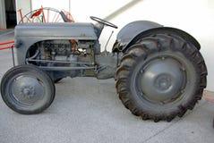 gammal traktor för utläggning royaltyfri foto
