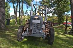 Gammal traktor (ferguson) Arkivfoton
