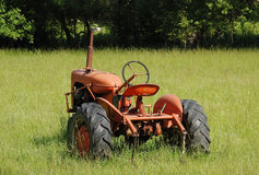 Gammal traktor i en sätta in Royaltyfria Bilder