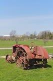 Gammal traktor i en vingård Royaltyfria Foton