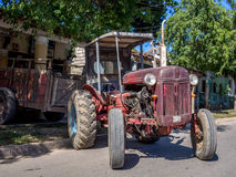 Gammal traktor i Vinales Royaltyfri Fotografi